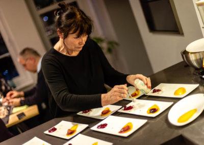 Seniorchefin Christine Hunger beim Kochkurs in der Manufaktur Hunger